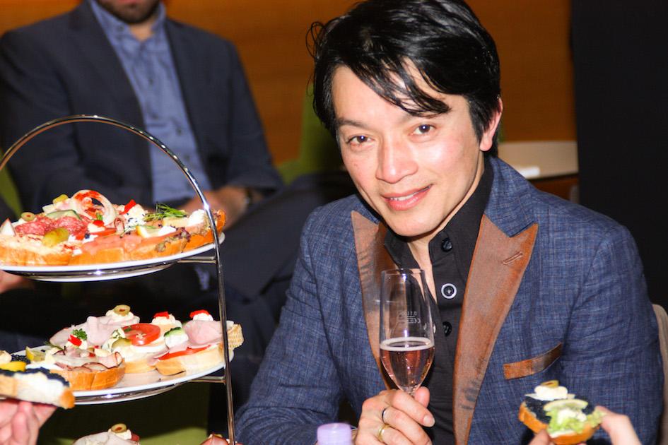 Designer La Hong genießt den Sparkling von Winzerhof Weiß