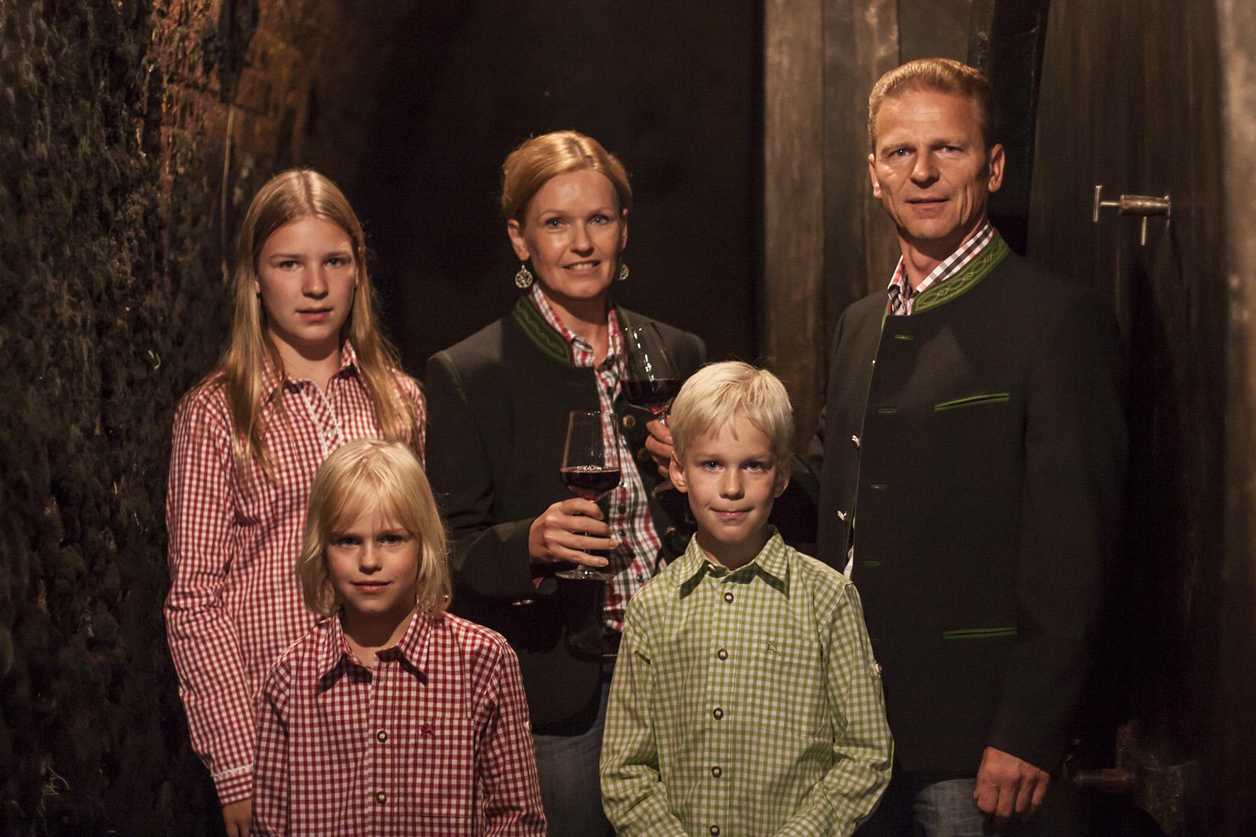 Familie Weiß im Weinkeller