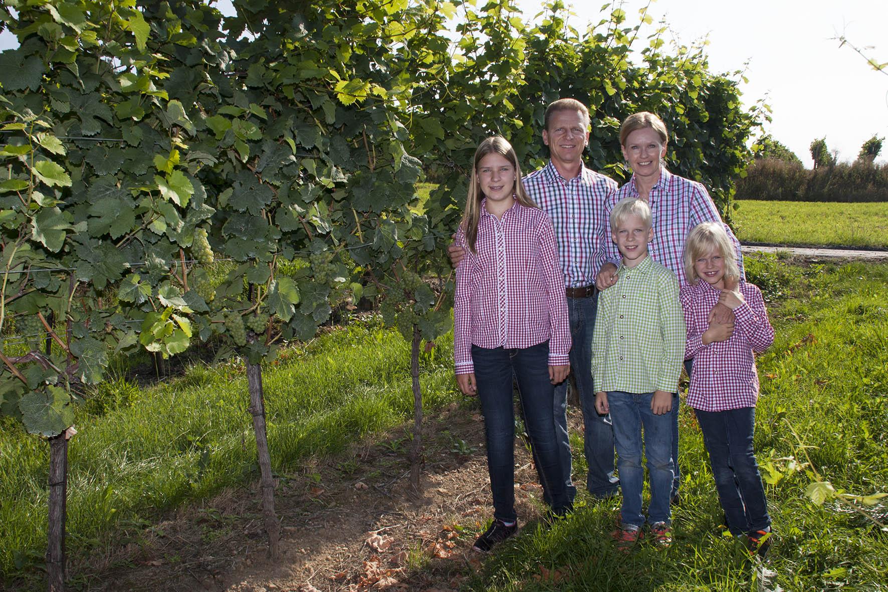 Familie Weiß im Weingarten