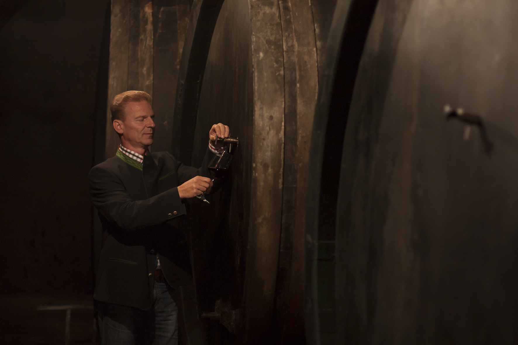 Josef Weiß im Weinkeller