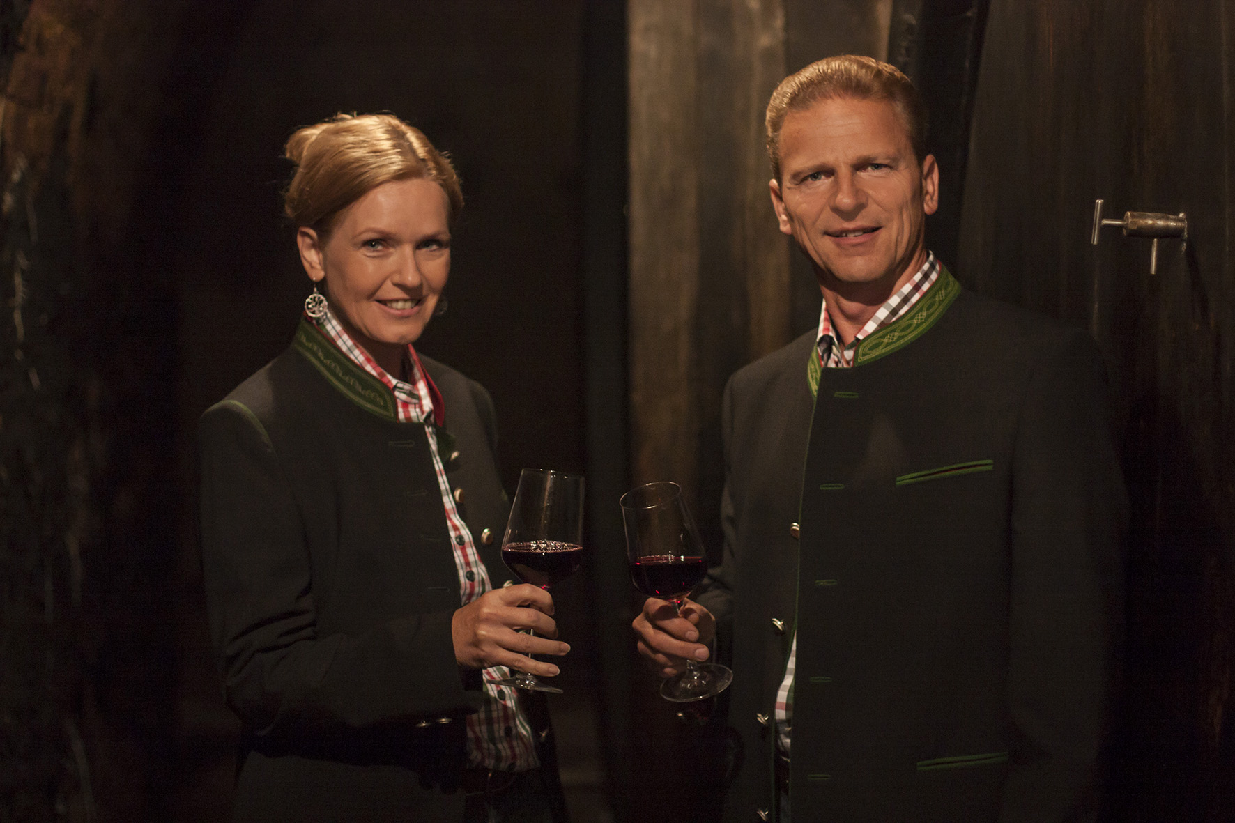 Renate und Josef Weiß im Weinkeller